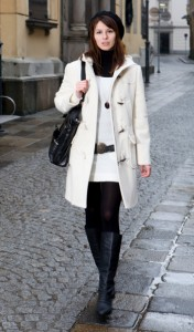 winter-woman-wearing-boots-coat-hat