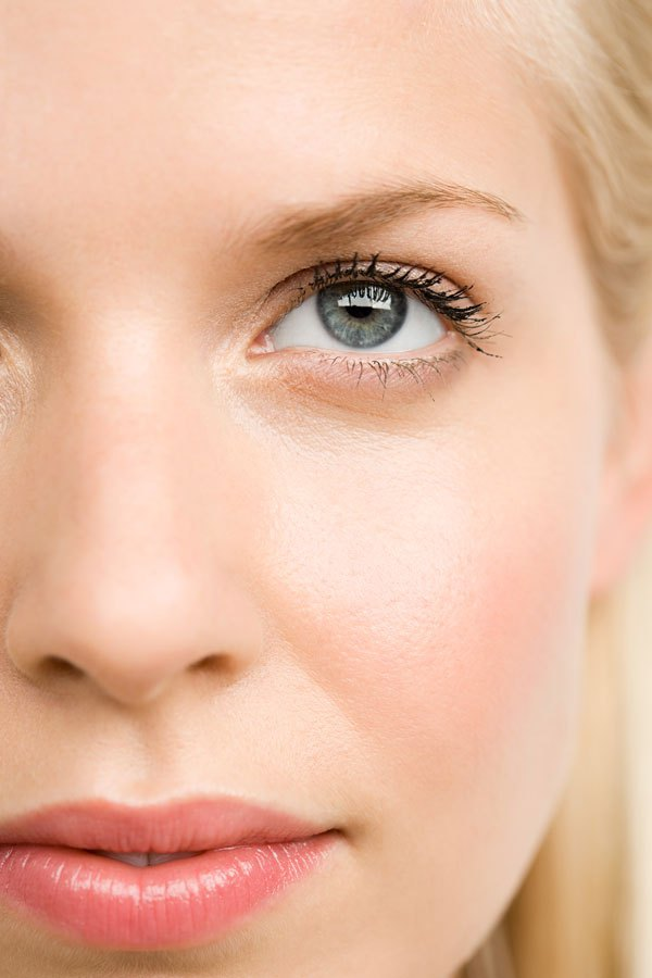 A few tricks to reduce puffy eyes and dark circles