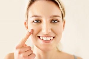 woman-applying-tinted-lotion