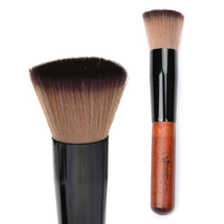 A foundation brush designed to create a smooth, even finish and a flawless look. Works well with any M·A·C foundation, including Studio Fix and Studio Tech. Use to apply, distribute and blend foundation into all areas of the face.
