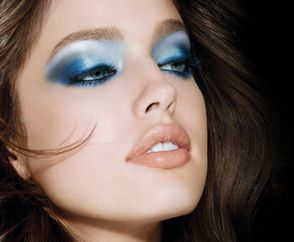 Useful makeup tips - How to chose the right hue and apply blue eyeshadow for your skin tone