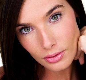 145882-300x279-purple-eyeliner-on-green-eyes